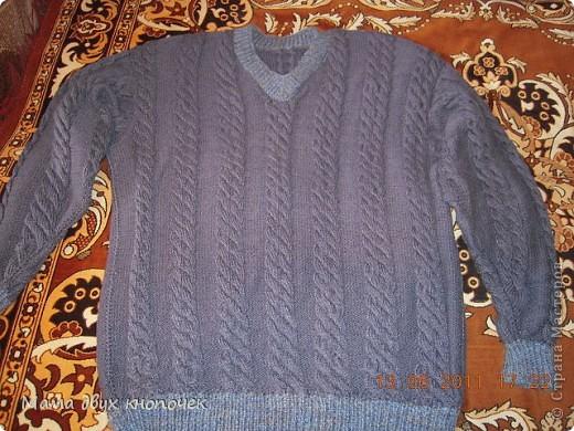 Этот свитер самый первый, сейчас даже не вспомню в каком году его вязала. Изначально он был в одном цвете, но потом резинки на горловине, рукавах и по-низу - растрепались. Я их отрезала, выпутала остатки и довязала другим цветом. Короче- это вторая жизнь свитера. фото 2