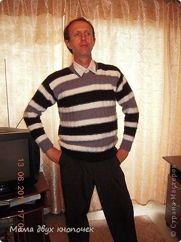 Этот свитер самый первый, сейчас даже не вспомню в каком году его вязала. Изначально он был в одном цвете, но потом резинки на горловине, рукавах и по-низу - растрепались. Я их отрезала, выпутала остатки и довязала другим цветом. Короче- это вторая жизнь свитера. фото 3