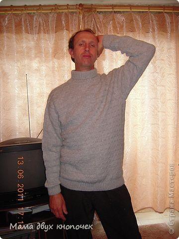 Этот свитер самый первый, сейчас даже не вспомню в каком году его вязала. Изначально он был в одном цвете, но потом резинки на горловине, рукавах и по-низу - растрепались. Я их отрезала, выпутала остатки и довязала другим цветом. Короче- это вторая жизнь свитера. фото 13