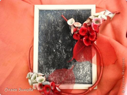 Сделала на кухню небольшое панно вот в таком красно черном цвете.Рамочка и часть кисти цветов белая. Для композиции использовала цветы малюцеллы- прекрасныей материал для творчества. На сухую, крашеную ветку приклеила цветочки-колокольчики малюцеллы. Кто с этим растением не знаком, несколько слов об этом растении. Сухоцвет. Высота растения 40--50см. Весь усыпан маленькими колокольчиками. Не зря его в народе называют ирландские колокола. Цвет колокольчиков зелёный, а когда высыхает становится желтым. Долго хранится.Из него получаются прекрасные скелетированые колокольчики.Один недостаток у растения, неприятный запах. Но для дела всё стерпишь и в сухом виде запах не такой резкий. Растение неприхотливое. Несколько лет назад купила на рынке кустик, теперь весь сад в них. фото 4