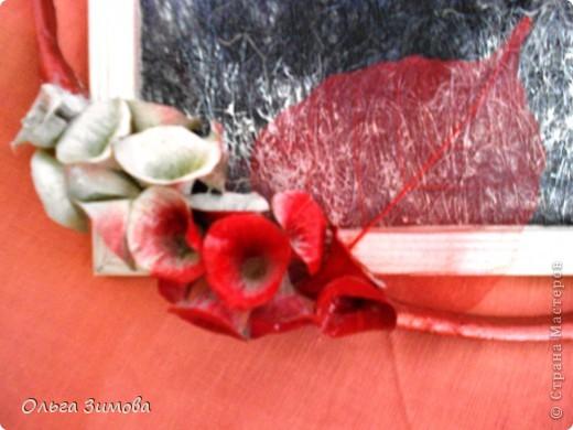 Сделала на кухню небольшое панно вот в таком красно черном цвете.Рамочка и часть кисти цветов белая. Для композиции использовала цветы малюцеллы- прекрасныей материал для творчества. На сухую, крашеную ветку приклеила цветочки-колокольчики малюцеллы. Кто с этим растением не знаком, несколько слов об этом растении. Сухоцвет. Высота растения 40--50см. Весь усыпан маленькими колокольчиками. Не зря его в народе называют ирландские колокола. Цвет колокольчиков зелёный, а когда высыхает становится желтым. Долго хранится.Из него получаются прекрасные скелетированые колокольчики.Один недостаток у растения, неприятный запах. Но для дела всё стерпишь и в сухом виде запах не такой резкий. Растение неприхотливое. Несколько лет назад купила на рынке кустик, теперь весь сад в них. фото 5