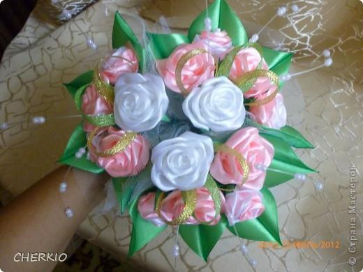 Насмотрелась на работы мастеров и решила попробовать сама сделать букет- дублёр для невесты.получился вот такой букет. фото 3