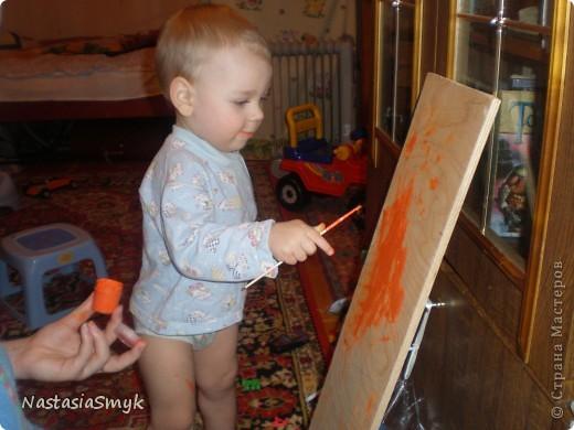 """Забавная этажерка для игрушек получилась из обрезков фанеры после ремонта. Рука не поднималась выкинуть фанерки, и игрушки ребенка в ящике и в корзине уже не помещались, два зайца были """"убиты"""" одной этажеркой)) Рисовали вместе с сыном. фото 3"""