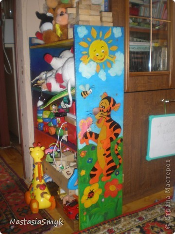 """Забавная этажерка для игрушек получилась из обрезков фанеры после ремонта. Рука не поднималась выкинуть фанерки, и игрушки ребенка в ящике и в корзине уже не помещались, два зайца были """"убиты"""" одной этажеркой)) Рисовали вместе с сыном. фото 1"""