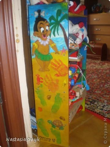 """Забавная этажерка для игрушек получилась из обрезков фанеры после ремонта. Рука не поднималась выкинуть фанерки, и игрушки ребенка в ящике и в корзине уже не помещались, два зайца были """"убиты"""" одной этажеркой)) Рисовали вместе с сыном. фото 2"""