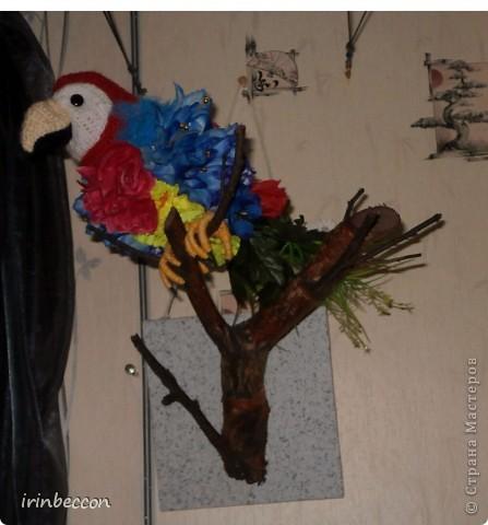 """вот он и """"родился"""" Тоша(сделан так же как и лебеди- форма вырезана из пенопласта,голова,клюв.щечки- вязаные,глазки пуговицы.туловище из различных искусственных цветов и голубой сетки,хвост-это оставшиеся от цветов ветки с листьями.лапки-проволока обмотана нитками) фото 5"""