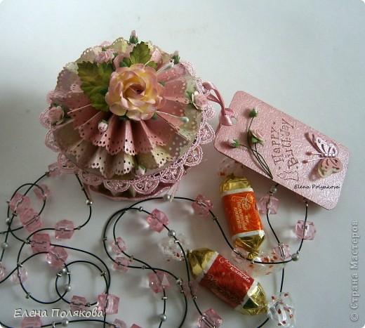 Еще один подарочный кексик... Вкусный, сладкий,  нежно-розовый.. Очень удобная и красивая коробочка,  в которую можно положить любимые конфетки, вкусный чай или украшение...  фото 1