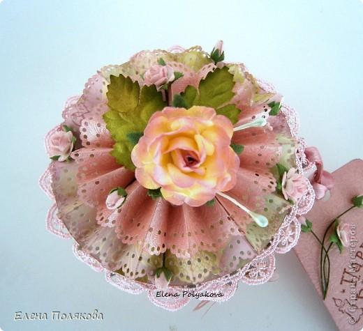Еще один подарочный кексик... Вкусный, сладкий,  нежно-розовый.. Очень удобная и красивая коробочка,  в которую можно положить любимые конфетки, вкусный чай или украшение...  фото 2