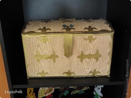 Сказочный сундучок. Сделан из обычной картонной коробки. Украшен аппликацией и стеклянными камушками( типа драгоценными) фото 1