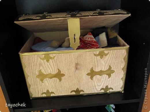 Сказочный сундучок. Сделан из обычной картонной коробки. Украшен аппликацией и стеклянными камушками( типа драгоценными) фото 2