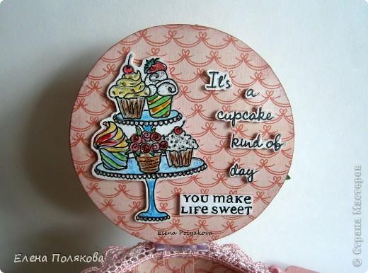 Еще один подарочный кексик... Вкусный, сладкий,  нежно-розовый.. Очень удобная и красивая коробочка,  в которую можно положить любимые конфетки, вкусный чай или украшение...  фото 4