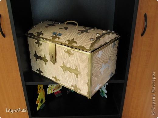 Сказочный сундучок. Сделан из обычной картонной коробки. Украшен аппликацией и стеклянными камушками( типа драгоценными) фото 3