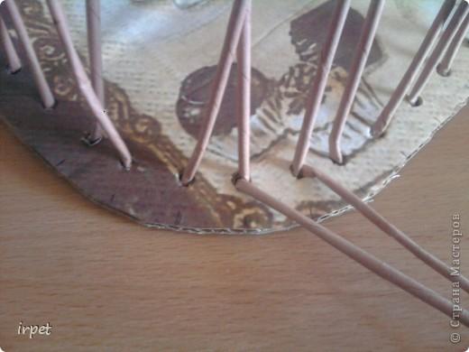 Не прижился у меня способ приклеивания трубочек-основ между двумя слоями картона. На одном из форумов увидела такой способ исполнения картонного дня, доношу его до Вас. Вырезаем из картона необходимого размера дно, распечатываем картинку и за дело! фото 13