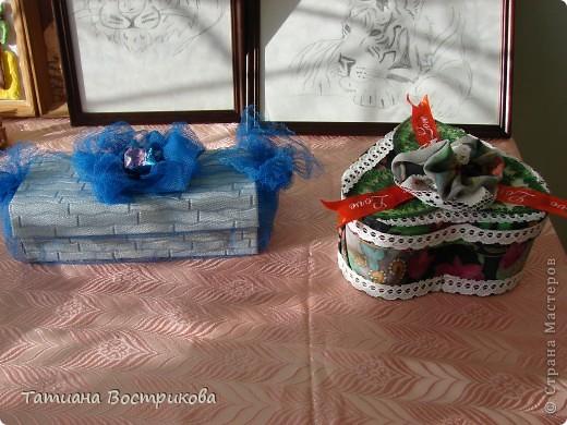 Такие шкатулочки мы делали с девочками на выставку в школе. Это подарок.  Материал; коробочка, ткань, ленты, искусственные цветы, листья, цветок - заколка, бусина фото 7