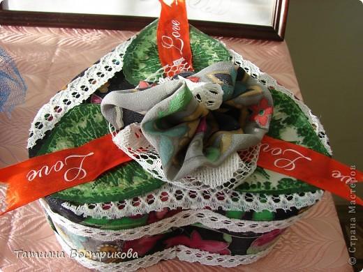 Такие шкатулочки мы делали с девочками на выставку в школе. Это подарок.  Материал; коробочка, ткань, ленты, искусственные цветы, листья, цветок - заколка, бусина фото 3