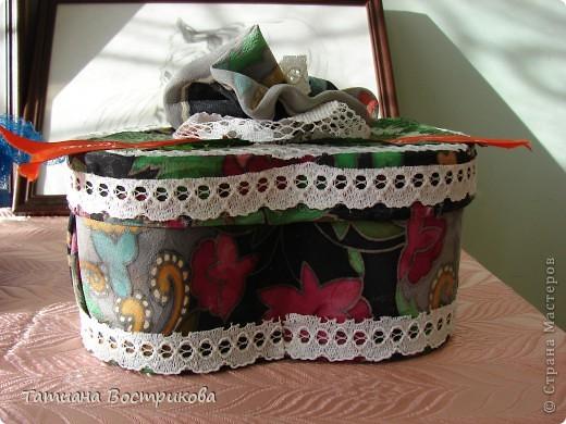 Такие шкатулочки мы делали с девочками на выставку в школе. Это подарок.  Материал; коробочка, ткань, ленты, искусственные цветы, листья, цветок - заколка, бусина фото 4