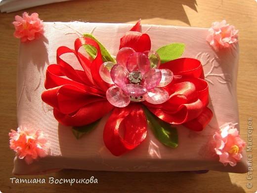 Такие шкатулочки мы делали с девочками на выставку в школе. Это подарок.  Материал; коробочка, ткань, ленты, искусственные цветы, листья, цветок - заколка, бусина фото 1