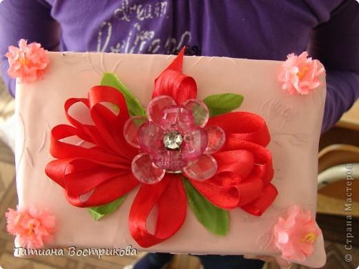 Такие шкатулочки мы делали с девочками на выставку в школе. Это подарок.  Материал; коробочка, ткань, ленты, искусственные цветы, листья, цветок - заколка, бусина фото 2