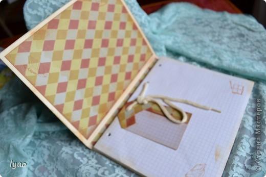 Счастья вам, дорогие гости!!! Решила показать вам блокноты... тоже простые, без излишеств, как говорят... Купила готовые блоки для тетрадей на кольцах... Цель у меня была такая: оформить обложки без украшений, используя в основном бумагу, и добавлять украшалки только в крайнем случае... Вот что у меня получилось... судите сами... Блокнот для мужчины в виде портфеля... фото 2