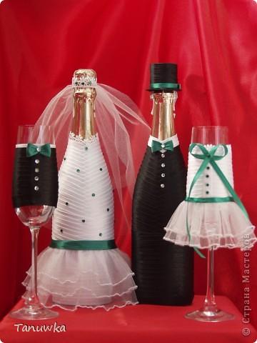 Невеста захотела оформление с зеленым и юбочку на бокале невесты)))