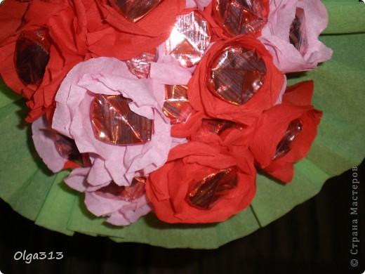 Первые пробы с цветами из конфет ))) Охи и на мучилась я с ним ,  хотела сделать розы но на розы не похоже получились, говорят похож на маки ))).  А вам на какие цветы похож мой скромный букетик???    фото 3