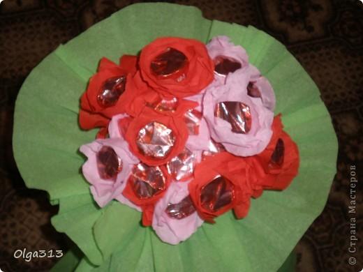 Первые пробы с цветами из конфет ))) Охи и на мучилась я с ним ,  хотела сделать розы но на розы не похоже получились, говорят похож на маки ))).  А вам на какие цветы похож мой скромный букетик???    фото 1
