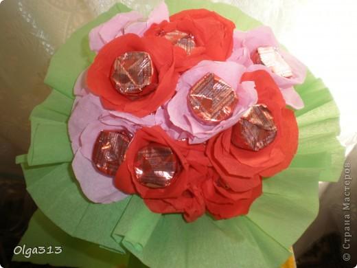 Первые пробы с цветами из конфет ))) Охи и на мучилась я с ним ,  хотела сделать розы но на розы не похоже получились, говорят похож на маки ))).  А вам на какие цветы похож мой скромный букетик???    фото 2
