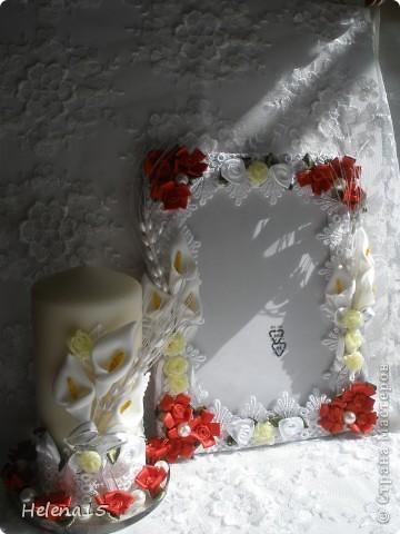 свадебный набор из 5-и предметов Страсть.Большие розы и бутоны выполнены из атласной ленты вручную,украшены цветами из ткани и бусинами.Цветы,расположенные на бокалах закреплены на резинках,поэтому при мытье легко снимаются.Дополнительно так же можно оформить бутылки с шамнанским и фоторамку (она в процессе оформления). фото 8