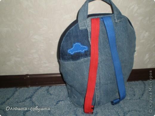 """Сшила, а вернее перешила, этот рюкзачок из старых джинс сына. Размером он получился около 30*32 см. Любит у нас малыш """"Тачки"""", поэтому добавила сюда свою вышивку крестиком и маленькие аппликации машинок. фото 3"""