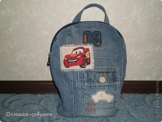 """Сшила, а вернее перешила, этот рюкзачок из старых джинс сына. Размером он получился около 30*32 см. Любит у нас малыш """"Тачки"""", поэтому добавила сюда свою вышивку крестиком и маленькие аппликации машинок. фото 1"""