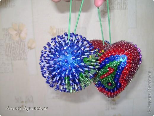 По МК https://stranamasterov.ru/node/106308?tid=451(ссылку вставляю первый раз,поэтому не факт,что получится). Решила, раз уж до Нового года больших праздников больше не будет-начать делать игрушки на новый 2013 год. Пока только проба. Синий шар был первым. фото 1
