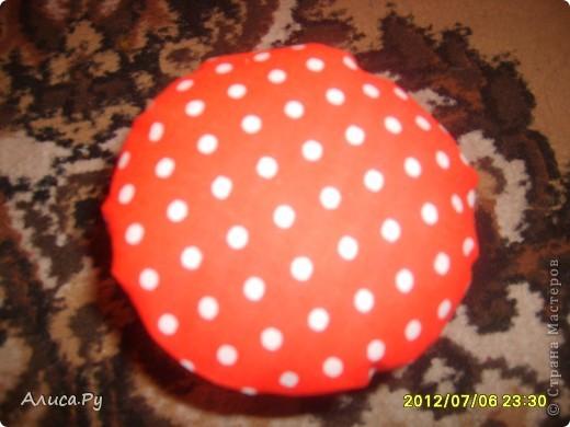 Вот такой мухоморчик-игольница получился.  Отдельное спасибо Анне-тёте Яблоне, от которой мне пришла красненькая ткань в горошек для шляпки мухоморчика. фото 2