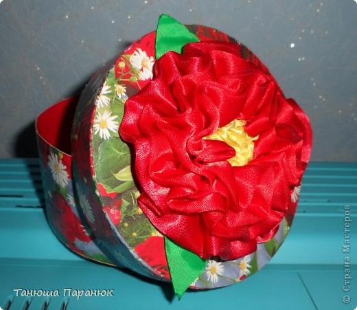 Подарочная коробочка с цветком из лент