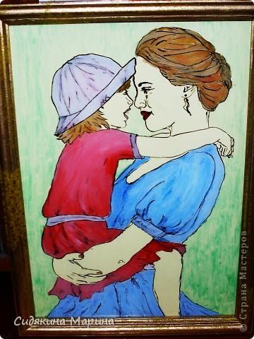 Техника очень проста. Выбираем понравившуюся картинку, накладываем на неё стекло, берём перо и тушь (плакатные) и по контуру обводим каждую деталь рисунка. Тушь сохнет быстро поэтому раскрашивать рисунок можно почти сразу. Можно рисовать гуашью, а можно и акрилом (любым). В своих рисунках, там где изображены люди, руки и лица я не закрашивала. Нужного оттенка добивалась фоном (бумаго или ткань). Все остальные детали рисунка раскрашены. Затем стекло переварачиваем и изображение получаем под стеклом (очень проктично, мне кажется). фото 1