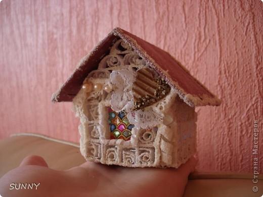 Здравствуйте! Никак не отпускает меня зимняя тема! Очередной домик сочетает в себе квиллинг, витраж и чуть скрапа-всего понемножку) Он получился ярче и праздничнее предыдущего. Далее фотографии. И спасибо, что заглянули, ваше внимание очень ценно для меня! фото 2