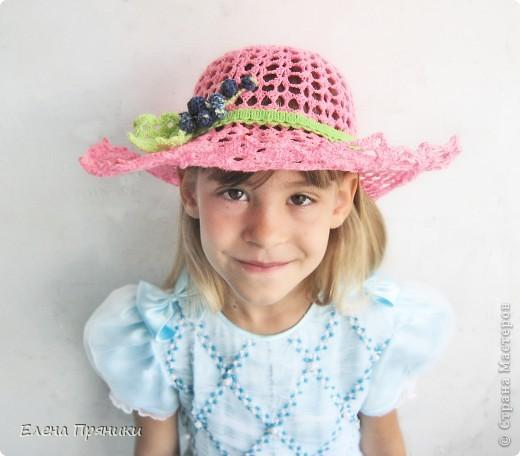 Оказывается, это так захватывает) Хоть  и пришлось несколько раз перевязывать начало (из-за несоответствия номера крючка, предложенному в схемах салфеток) Ажурные шляпки для дочки и мамы, ну а для себя - в процессе) как говориться, сапожник без сапог))) Все началось с подробного МК Ани Федотовой http://stranamasterov.ru/node/381838?c=favorite на этой фотографии - процесс придания жесткости полям, тулья пока не оформлена фото 3