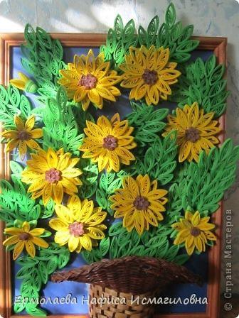Солнечные цветы вольготно расположились в корзинке. фото 2