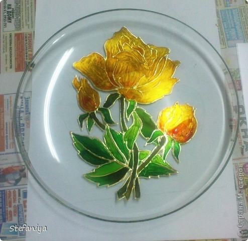 """ваза выполнена в технике """"Sospeso Transparente"""" от Моники Аллегро. веточка морозника. цветы на кустиках этого растения вогнутые, пыталась повторить, хотя на МК делала цветы магнолии выпуклые - старалась их """"вывернуть"""", чтобы показать всю красоту цветка. а вот  морозник - цветочек, который """"прячет"""" свою красоту в серединочке. делать объемными цветочки помогал сын. мне показалось, что у него получилось гораздо лучше, чем у меня!!!  в общем - ура красоте!! немного контурных завитушечек и все - ваза больше украшаться не позволила!!! хи-хи!!! фото 5"""