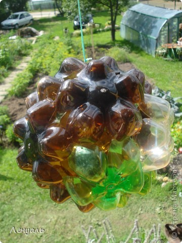 Эти шары сделаны из пластиковых бутылок.Саму идею брала из интернета.Мне так они понравились,что тоже захотела сделать. фото 4