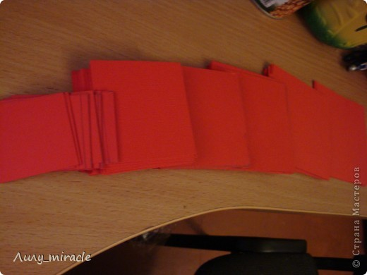 Как-то по телевизору увидела вариант украшения стен комнаты бумажными бабочками, вырезанными либо из картона, либо журнала... Вот, наконец-то созрела) Сразу извиняюсь за качество фото - мой фотик не любит красный цвет + делала фото ночью... В общем, не судите строго) фото 6