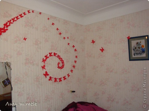 Как-то по телевизору увидела вариант украшения стен комнаты бумажными бабочками, вырезанными либо из картона, либо журнала... Вот, наконец-то созрела) Сразу извиняюсь за качество фото - мой фотик не любит красный цвет + делала фото ночью... В общем, не судите строго) фото 2