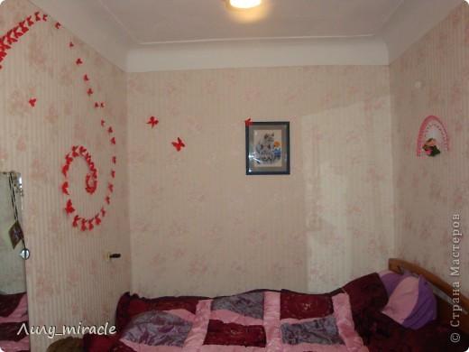 Как-то по телевизору увидела вариант украшения стен комнаты бумажными бабочками, вырезанными либо из картона, либо журнала... Вот, наконец-то созрела) Сразу извиняюсь за качество фото - мой фотик не любит красный цвет + делала фото ночью... В общем, не судите строго) фото 4