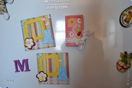 Приветствую всех, кто зашел на огонек, вернее посмотреть мои магнитики... Итак, смотрите. Они очень простые... Рамочки для фото, размер -- квадратик 10*10, а сама рамочка 6*6, цветочки вырезала из тутовой бумаги... фото 4