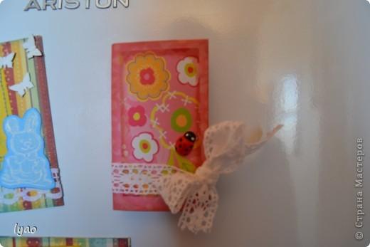 Приветствую всех, кто зашел на огонек, вернее посмотреть мои магнитики... Итак, смотрите. Они очень простые... Рамочки для фото, размер -- квадратик 10*10, а сама рамочка 6*6, цветочки вырезала из тутовой бумаги... фото 2