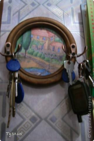 И  снова, здравствуйте!   что было у меня -  дурацкая круглая рамочка и банка жестяная от мужниной туалетной воды.   а что стало -  ключница и подставка для расчесок.  фото 3