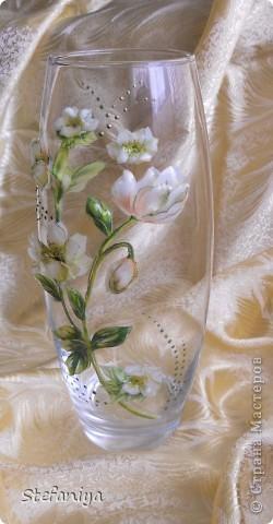 """ваза выполнена в технике """"Sospeso Transparente"""" от Моники Аллегро. веточка морозника. цветы на кустиках этого растения вогнутые, пыталась повторить, хотя на МК делала цветы магнолии выпуклые - старалась их """"вывернуть"""", чтобы показать всю красоту цветка. а вот  морозник - цветочек, который """"прячет"""" свою красоту в серединочке. делать объемными цветочки помогал сын. мне показалось, что у него получилось гораздо лучше, чем у меня!!!  в общем - ура красоте!! немного контурных завитушечек и все - ваза больше украшаться не позволила!!! хи-хи!!! фото 2"""