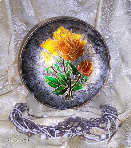 """ваза выполнена в технике """"Sospeso Transparente"""" от Моники Аллегро. веточка морозника. цветы на кустиках этого растения вогнутые, пыталась повторить, хотя на МК делала цветы магнолии выпуклые - старалась их """"вывернуть"""", чтобы показать всю красоту цветка. а вот  морозник - цветочек, который """"прячет"""" свою красоту в серединочке. делать объемными цветочки помогал сын. мне показалось, что у него получилось гораздо лучше, чем у меня!!!  в общем - ура красоте!! немного контурных завитушечек и все - ваза больше украшаться не позволила!!! хи-хи!!! фото 4"""