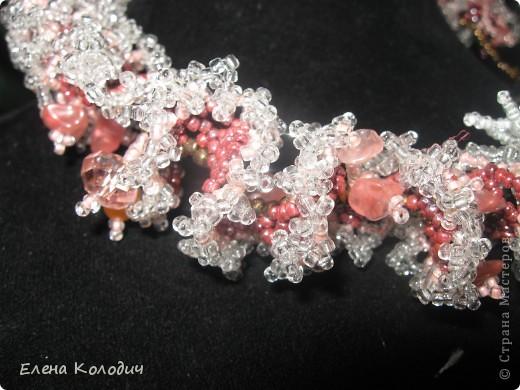 Колье-трансформер ,, Орхидея,, . Цветок отстёгивается и может применяться как брошь. Применялся речной жемчуг и турмалин. Листики выполнены по схеме двухстороннего американского жгута, лепестки -   листик -рюш. фото 2