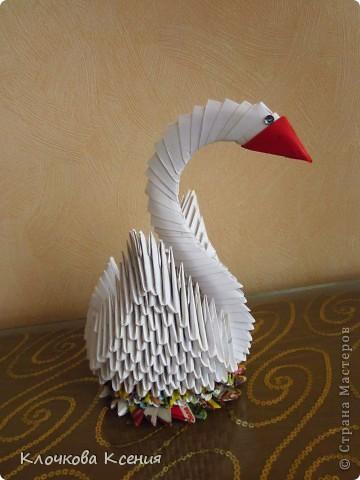 """О модульном оригами я вроде как слышала, но никогда не интересовалась. Пока однажды мне не позвонила бабушка с просьбой распечатать ей схему сборки лебедя. Оказывается у них, у бабушек во дворе, новое увлечение - модульное оригами, но они пока смотрят на привезенные кем то поделки, а повторить не могут. :)) Я приехала и привезла схему.  У бабушки не получается, я решила попробовать и уселась собирать лебедя, а она мне - """"Не так ты делаешь! Нам по другому показывали. Только у нас не получается.."""" Она собрала подружек, и пока они обсуждали верна моя схема или не верна, я собрала всего лебедя. :)) (Благо, пока бабушка не умела собирать оригами, она наделала целую корзинку модулей). фото 3"""