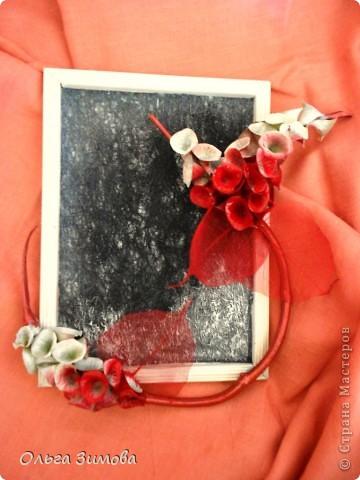 Сделала на кухню небольшое панно вот в таком красно черном цвете.Рамочка и часть кисти цветов белая. Для композиции использовала цветы малюцеллы- прекрасныей материал для творчества. На сухую, крашеную ветку приклеила цветочки-колокольчики малюцеллы. Кто с этим растением не знаком, несколько слов об этом растении. Сухоцвет. Высота растения 40--50см. Весь усыпан маленькими колокольчиками. Не зря его в народе называют ирландские колокола. Цвет колокольчиков зелёный, а когда высыхает становится желтым. Долго хранится.Из него получаются прекрасные скелетированые колокольчики.Один недостаток у растения, неприятный запах. Но для дела всё стерпишь и в сухом виде запах не такой резкий. Растение неприхотливое. Несколько лет назад купила на рынке кустик, теперь весь сад в них. фото 10